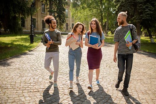 étudiants dans la cour du campus l'industreet
